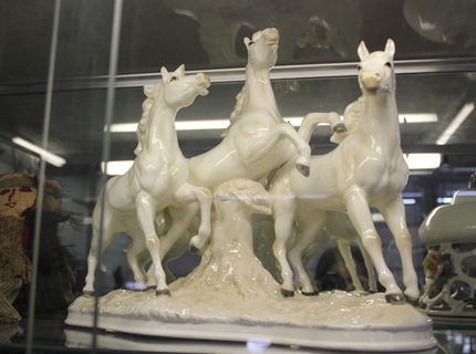 Shipshewana Auction-Antique-glass horses