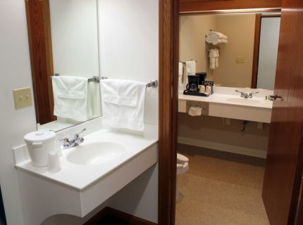 Farmstead Inn Shipshewana Hotel Classic Room 2 Queen Bathroom