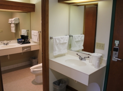 Shipshewana Hotel Farmstead Inn bathroom rooms and amenities